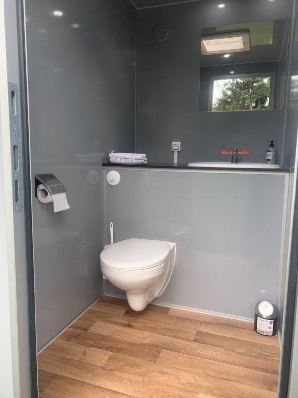 Kleine wc wagen met houten vloer